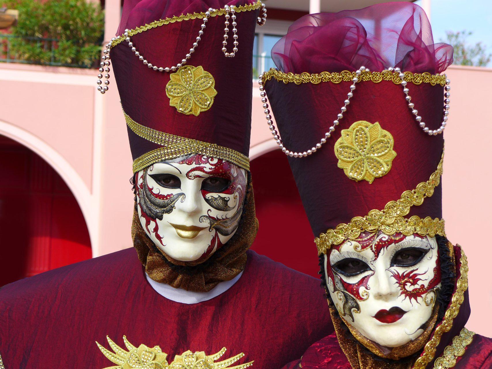 Wat doe je als onder het masker een heel ander mens zit?