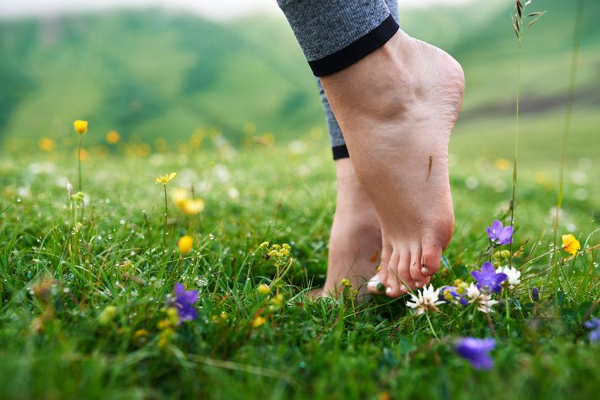 Met je blote voeten op het gras