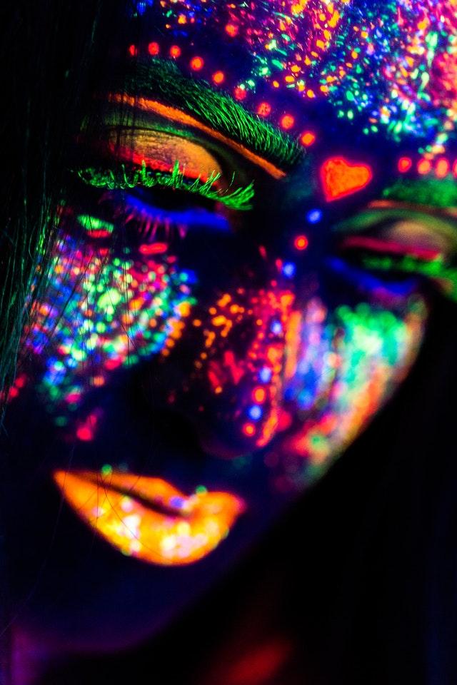 Het gekleurde masker waarmee ze alles weglacht