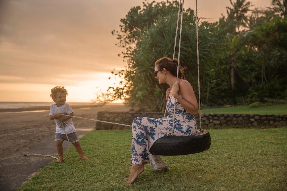 Zoekend naar een vakantie samen met haar zoon
